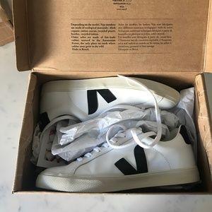 Brand New in box Veja Esplar